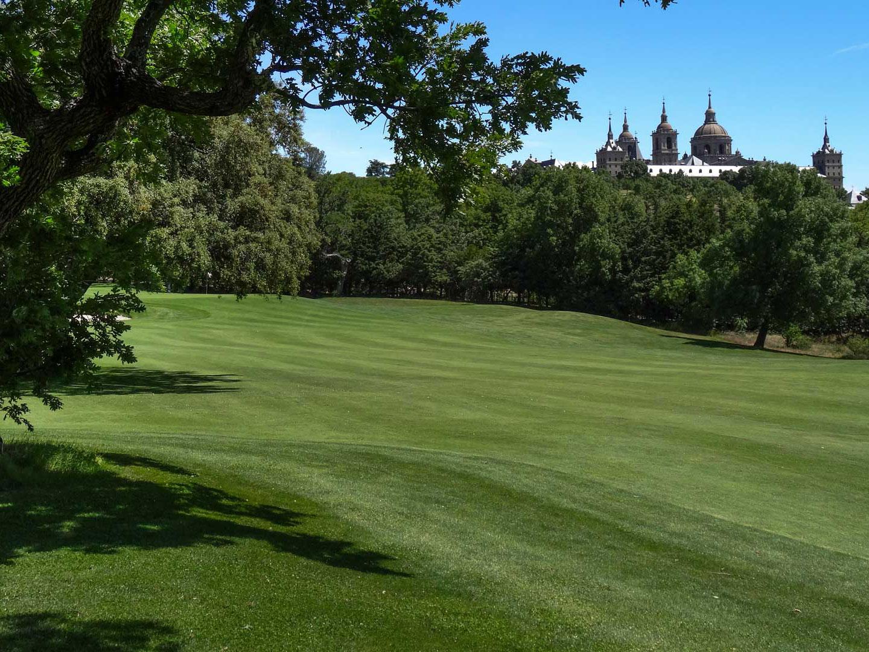 Jugar al golf en plena naturaleza